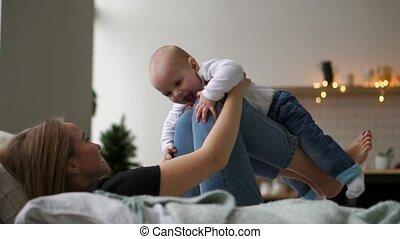 concept, gens, famille, -, paternité, mère, bébé, maison, jouer, heureux