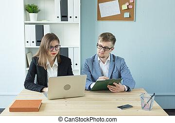 concept, gens fonctionnement, bureau., -, business, projet, femme, collaboration, séduisant, portrait, sérieux, homme