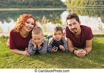 concept, gezin, natuur, groot, -, ouderschap, kinderen, gras, het liggen