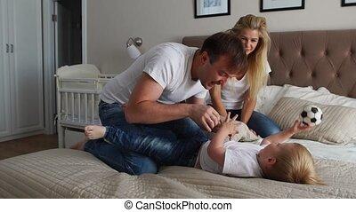 concept, gezin, vader, het koesteren, samen, haar, uitgeven, gezin, -, kieteldood, ouders, home., gelukkige mamma, kind, child., mensen, bed, ochtendtijd, plezier, spelend, bedtijd