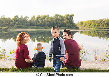 concept, gezin, zittende , groot, natuur, -, ouderschap, kinderen, gras