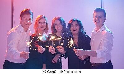 concept, groupe, sparklers., nuit, amusement, fête, amis, avoir