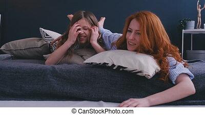 concept, heureux, intérieur, ensemble., rigolote, apprécier, activités, oreillers, ravi, temps, loisir, sent, soeurs, week-end, gosses, fille, lit, matin, rire, mère, amusement, doux, avoir, mensonge