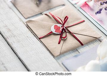 concept, houten, trouwfeest, verzameling, uitnodigingen, tabletop, ontwerp, enveloppen, uitnodiging, witte , of, kaart