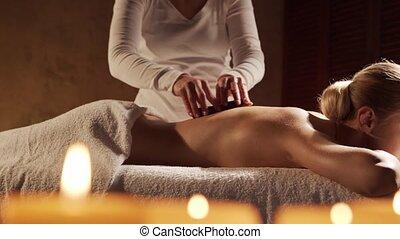 concept., jeune, pierre, femme, obtient, masage, salon., beau, thérapie, sain, spa, chaud, style de vie, soin corps