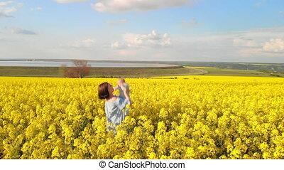 concept, luchtopnames, vreugde, gezin, jonge, gele, pasgeboren baby, field., moeder, plezier, verticaal, hebben, liefde