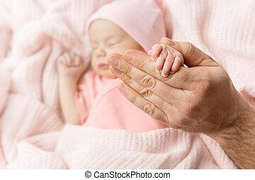 concept, main, père, dormir, nouveau né, né, santé, tenant bébé, nouveau gosse, soin