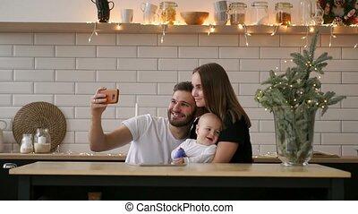 concept, mensen, vader, boeiend, gezin, -, ouderschap, moeder, baby, thuis, selfie, vrolijke