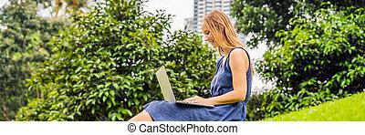 concept, ordinateur portatif, femme, outdoors., désinvolte, terrestre, ville, fonctionnement, bureau., indépendant, séance, jeune, long, pc, intelligent, affaires femme, format, soleil, parc, clothes., étudiant, bannière, pelouse, mobile, herbe verte