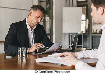 concept, plaatsing, kantoor, hervatten, carrière, 30, -, het onderhandelen, werkgever, werk, zijn, mannelijke , lezende , zakenman, interview, gedurende, zakelijk, kaukasisch