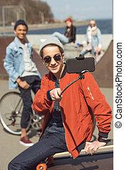 concept, prendre, parc planche roulettes, smartphone, hipster, adolescent, selfie