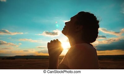 concept, prière, girl, lent, silhouette, elle, prier, catholicisme, plié, christianisme, religion, croire, pardon, péchés, god., mains, video., style de vie, demande, repentance., mouvement, girl., praying., sunset.