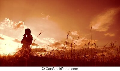 concept, prière, girl, prier, lent, silhouette, elle, prier, catholicisme, plié, christianisme, religion, pardon, femme, knees., péchés, lifestyle., god., mains, video., demande, repentance., mouvement, coucher soleil