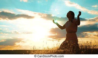 concept, prière, girl, prier, lent, silhouette, elle, prier, catholicisme, plié, christianisme, religion, pardon, femme, knees., péchés, god., mains, video., style de vie, demande, repentance., mouvement, sunset.