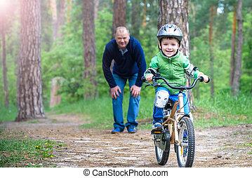 concept, son., années, sports, helmet., peu, père, 3, forêt, enseignement, gosse, sécurité, papa heureux, sien, success., loisir, enfant, homme, garçon, sur, gosses, bicycle., automne