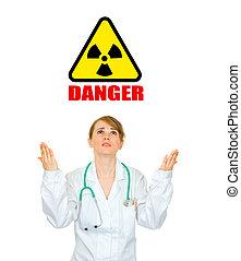 concept-, straling, danger!, gefrustreerde, medische arts, kijkende vrouw, op, en, verheffing, haar, handen, vrijstaand, op wit