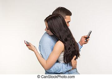 concept, téléphones, couple, -, jeune, étreindre, leur, smartphone, dactylographie, propre, dépendance