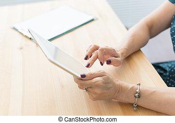 concept, tablet, mensen, handen, van een vrouw, -, op, vasthouden, digitale , afsluiten, technologieën