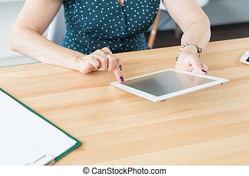 concept, tablet, werkkring mensen, technologie, -, op, zakelijk, vrouwlijk, holdingshanden, afsluiten, tafel