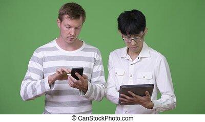 concept, tablette, média, numérique, jeune, deux, téléphone, multi-ethnique, social, utilisation, hommes affaires