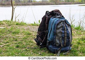 concept, touristic, wandelen, twee, riverbank., rugzakken