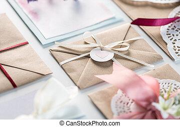 concept, trouwfeest, vrijstaand, verzameling, uitnodigingen, witte , ontwerp, enveloppen, uitnodiging, of, kaart
