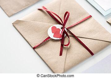 concept, uitnodiging, enveloppe, vrijstaand, twee, witte , label, ontwerp, lint, trouwfeest, hartjes, kaart