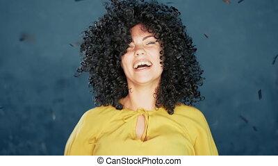 concept., vacances, bleu, arrière-plan., femme, depicts, cheveux, girl, happiness., pluie, confetti, reussite, joie, excité, célébrer, avoir, surpris, victoire, bouclé, amusement