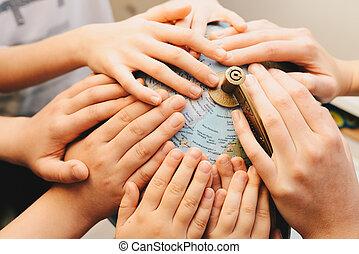 concept, verscheidenheid, globe, -, samen, geitjes, handen