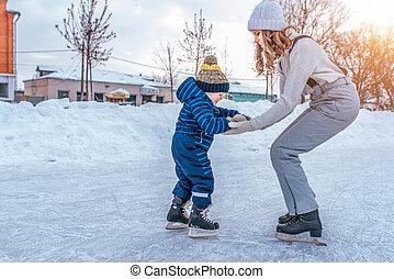concept, vieux, fils, education, rink., ville, peu, hiver, elle, soutien, aides, maman, children., années, garçon, 3-5, resist., skating., étapes, garde, skates., premier