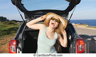 concept, voyage, jeune femme, voiture., coffre, assied