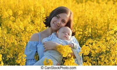 concept, vreugde, gezin, jonge, gele, pasgeboren baby, field., moeder, plezier, verticaal, hebben, liefde