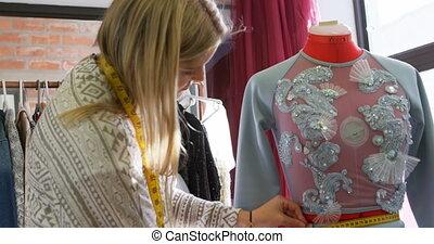 concepteur, couturières, mesurer, 4k, mannequin, robe