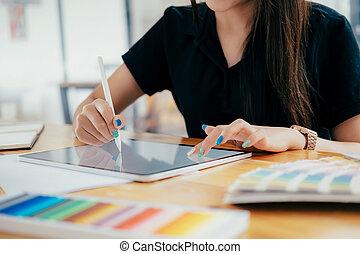 concepteur, fonctionnement, elle, bureau., créatif, graphique, studio, bureau