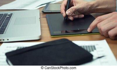 concepteur graphique, tablette, fonctionnement, tablette, mains, dessin, homme