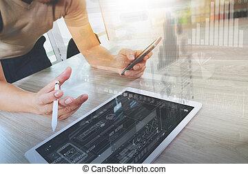 concepteur, main, fonctionnement, à, tablette numérique, informatique, et, intelligent, téléphone, sur, bureau bois, comme, sensible, conception toile, concept