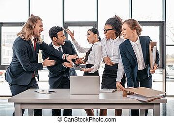 concepto, empresa / negocio, pelea, oficina, multicultural, poniendo común, equipo