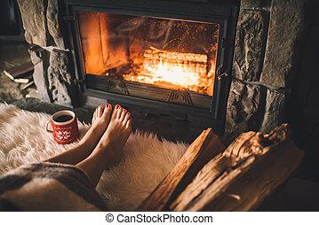 concepto, se relaja, invierno, ella, taza, fuego, tibio, bebida, arriba, vacaciones, pies, caliente, mujer, descubierto, feet., cierre, fireplace., navidad, warming, cómodo