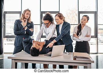 concepto, trabajando, empresa / negocio, pelea, oficina, equipo multicultural