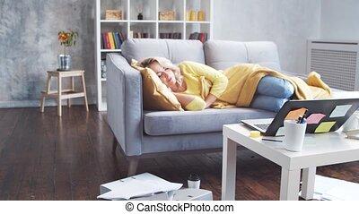 concepts., sommeils, fatigué, quoique, girl, travail, travailleur indépendant, métier, endormi, home., femme travail, morning., lockdown, abattre, éloigné, divan