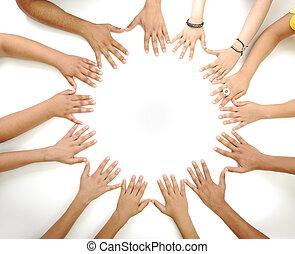 conceptual, símbolo, de, multiracial, niños, manos, hacer un círculo, blanco, plano de fondo, con, un, espacio de copia, en el medio
