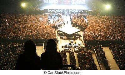 concert, danse, gens, scène, contre, deux, silhouettes, salle, femmes