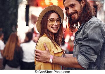 concert extérieur, couple, jeune, date, avoir, aimer
