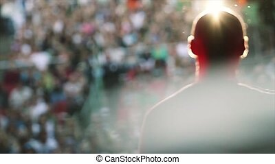 concert., microphone, silhouette, stage., gens, rayons, exécuter, dos, vivant, soleil, côté, homme