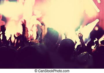 concerto, discoteca, partido., pessoas, com, mãos cima, em, noturna, club.