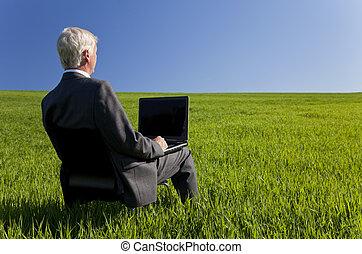 concetto affari, colpo, esposizione, un, più vecchio maschio, esecutivo, usando, uno, computer portatile, in, uno, campo verde, con, uno, blu, sky., colpo, posizione, non, in, uno, studio.