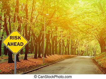 """concetto, affari, """"risk, -, ahead"""", contro, segno, foresta verde, strada"""