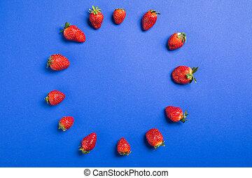 concetto, blu, cima, isolato, fragole, fondo, fresco, cerchio, bacche, rosso, vista