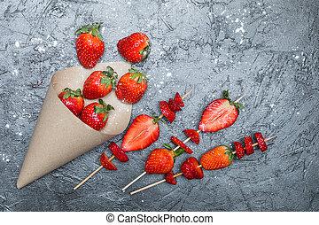 concetto, cima legno, sparso, spiedi, affettato, carta, cono, fragole fresche, bacche, intero, rosso, vista