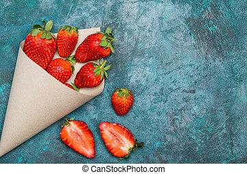 concetto, cima, sparso, tabletop, carta, nero, cono, fragole fresche, bacche, rosso, vista
